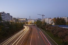 Saarbruecken - шоссе города в голубом часе Стоковое Изображение