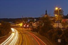 Saarbruecken - Stadsweg in het blauwe uur Royalty-vrije Stock Afbeelding