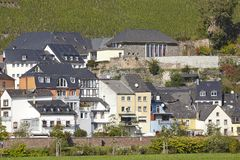 Saarburg - Huizen langs de rivier Saar Stock Fotografie