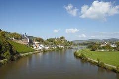 Saarburg - sikt från en Saarland bro Arkivbild
