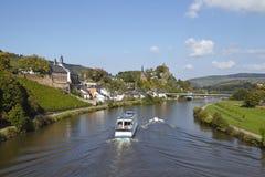 Saarburg - sikt från en Saarland bro Arkivfoto