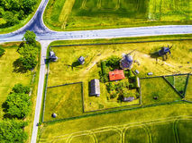 Saarema-Insel, Estland: Vogelperspektive von Sommerfeldern und von Angla-Windmühlen in Leisi-Gemeinde Lizenzfreies Stockbild