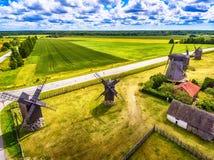 Saarema-Insel, Estland: Vogelperspektive von Sommerfeldern und von Angla-Windmühlen in Leisi-Gemeinde Stockbild