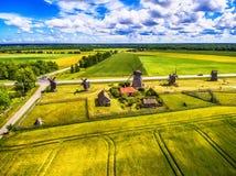 Saarema-Insel, Estland: von der Luftdraufsicht von Sommerfeldern und von Angla-Windmühlen in Leisi-Gemeinde Stockfotos