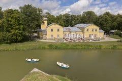 Saaremaa, Эстония - Juliy 17 2016: Старая станция шлюпки, и гостиница курорта Стоковое фото RF
