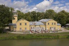 Saaremaa, Estland - Juliy 17 2016: Alte Bootsstation und Badekurorthotel Lizenzfreie Stockfotos