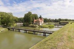 Saaremaa, Estland - Juliy 17 2016 angenehme alte Holzhäuser Stockbild