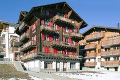 Saas费迷人的瑞士手段的现代旅馆  免版税库存图片
