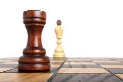 Saatkrähe und König auf Schachbrett Stockbilder