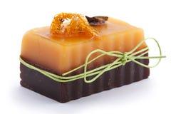 Sabão alaranjado do chocolate com cravo-da-índia, Illicium, canela e bucha na parte superior no fundo branco Fotografia de Stock Royalty Free