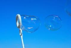 Sabão-bolhas reais no céu azul Imagens de Stock Royalty Free