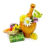 Sabão caseiro com wildflowers em um almofariz Imagens de Stock