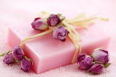 Sabão cor-de-rosa com rosas secadas Fotos de Stock