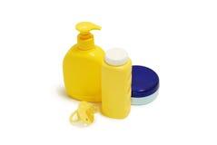 Sabão do bebê, talco, creme e outros acessórios do banheiro Fotografia de Stock