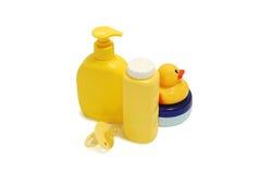 Sabão do bebê, talco, creme e outros acessórios do banheiro Foto de Stock