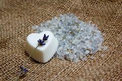 Sabão do coração, galho da alfazema e sal de banho no forro da juta Fotografia de Stock Royalty Free