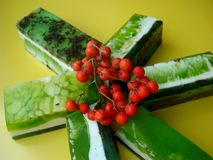 Sabão do pinho Frutos da floresta Com óleos essenciais e as flores secadas História de Rowan Fotografia de Stock Royalty Free