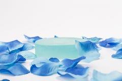 Sabão e pétalas azuis fotos de stock royalty free