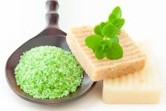 Sabão e sal de banho handmade naturais para termas Foto de Stock