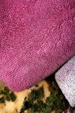 Sabão erval feito a mão, pedra de polimento e toalha fotos de stock