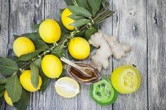 Sabão feito a mão do gengibre do limão do mel, composto para tratamentos dos termas Fotografia de Stock Royalty Free