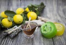 Sabão feito a mão do gengibre do limão do mel, composto para tratamentos dos termas Imagens de Stock