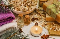 Sabão feito a mão e óleo de limpeza no fundo de madeira rústico branco Favo de mel, aveia e mel Cosmético orgânico natural Termas imagens de stock royalty free