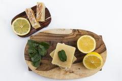 Sabão feito a mão natural com o aroma alaranjado dado forma como o bolo imagens de stock