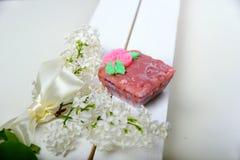 Sabão Handmade Bolo dado forma O ramo do lilás branco fotos de stock royalty free