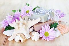 Sabão luxuoso com flores e escudos Fotografia de Stock Royalty Free
