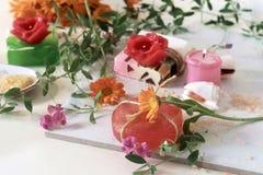 Sabão natural, velas, sal do mar, flores, escudos em um fundo claro imagens de stock royalty free