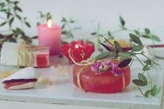 Sabão natural, velas, sal do mar, flores, escudos em um fundo claro imagem de stock