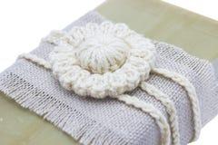 Sabão orgânico feito a mão, natural do azeite isolado no branco Acessórios do banho dos termas, produtos femininos do cuidado Fot Imagens de Stock Royalty Free