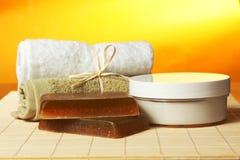 Sabão, toalhas e creme Handmade na esteira de bambu Fotografia de Stock