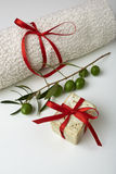 Sabão verde-oliva feito a mão com ramo de oliveira e uma toalha, como um presente. Fotografia de Stock Royalty Free