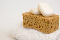 Sabões, esponja do banho e Towell Foto de Stock