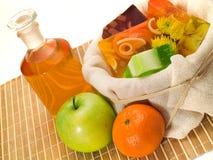 Sabões frutados e óleo dos termas fotos de stock