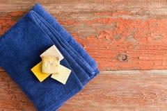 Sabões orgânicos em uma toalha azul macia Fotos de Stock Royalty Free