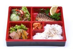 Saba Bento Set lunchask av Grilled Saba fisken som isoleras på whit royaltyfri foto