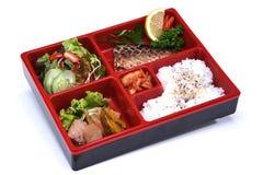 Saba Bento Set lunchask av Grilled Saba fisken som isoleras på whit Fotografering för Bildbyråer