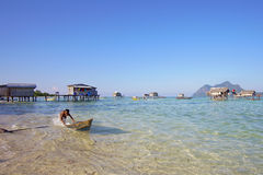 SABAH, MALEISIË - 19 APRIL: De niet geïdentificeerde jonge geitjes van Bajau Laut op een boot Royalty-vrije Stock Fotografie