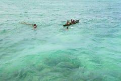 SABAH, MALEISIË - NOVEMBER 19: De niet geïdentificeerde jonge geitjes van Bajau Laut op een boot in Mabul-Eiland op 19 November,  Stock Afbeelding