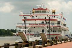 Sabana, Georgia/Estados Unidos - 25 de junio de 2018: Barca del ` s de la sabana, Georgia Queen, atracada en la calle del río fotografía de archivo libre de regalías