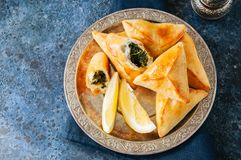 Sabanekh Fatayer - традиционные арабские пироги руки треугольника шпината Стоковое фото RF
