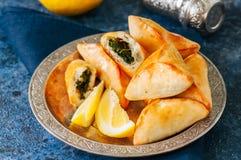 Sabanekh Fatayer - традиционные арабские пироги руки треугольника шпината Стоковое Фото