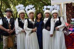 Sabantuiviering in Moskou De man en de vrouwen in traditionele Kirghiz-kleding stellen voor foto's stock foto's