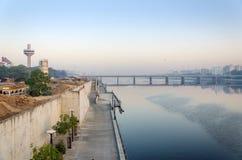 Sabarmati河边区看法在艾哈迈达巴德 免版税库存照片