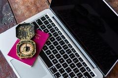 Sabbat- jaarconcept Kompas en paspoort op een toetsenbord Boekend een online reis en reizend rond de wereldconcepten stock foto