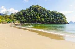 Sabbia bianca sulla spiaggia. La Tailandia fotografie stock
