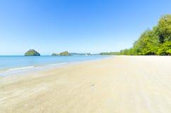 Sabbia bianca sulla spiaggia. Nopparata Tara Beach. immagini stock